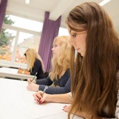 Foto: Schülerinnen im Unterricht an der Bellessa Kosmetikschule