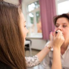 Foto: Schülerin in der Ausbildung zur Kosmetikerin